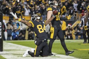 PITTSBURGH, PA - DECEMBER 16: Pittsburgh Steelers wide receiver Antonio Brown (84) celebrates with teammate wide receiver Ryan Switzer after scoring a touchdown during the game between the Pittsburgh Steelers and the New England Patriots at Heinz Field in Pittsburgh, PA on December 16, 2018. (Photo by Shelley Lipton/Icon Sportswire) NFL American Football Herren USA DEC 16 Patriots at Steelers PUBLICATIONxINxGERxSUIxAUTxHUNxRUSxSWExNORxDENxONLY Icon181216813