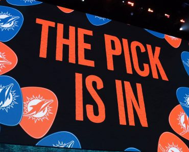 NASHVILLE, TN - APRIL 25: Miami Dolphins pick is in during the first round of the 2019 NFL American Football Herren USA Draft on April 25, 2019, at the Draft Main Stage on Lower Broadway in downtown Nashville, TN. (Photo by Michael Wade/Icon Sportswire) NFL: APR 25 2019 NFL Draft PUBLICATIONxINxGERxSUIxAUTxHUNxRUSxSWExNORxDENxONLY Icon0425191992019