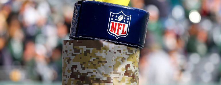 09 NOV 2014 Official NFL American Football Herren USA Shield on goalpost pad during the game betwee