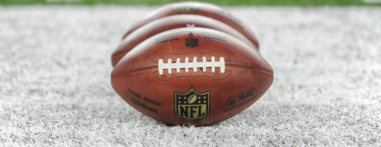 NFL Trade Deadline The practice footballs sit on the field during an NFL American Football Herren USA