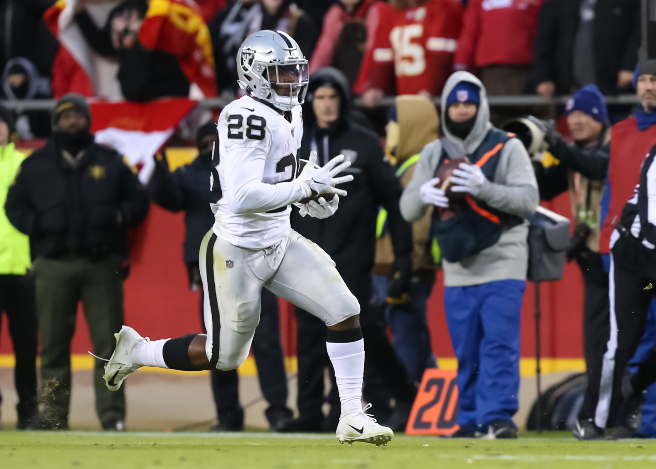 KANSAS CITY, MO - DECEMBER 01: Oakland Raiders running back Josh Jacobs 28 during a 35-yard run late in the second quarter of an AFC West game between the Oakland Raiders and Kansas City Chiefs on December 1, 2019 at Arrowhead Stadium in Kansas City, MO. Photo by Scott Winters/Icon Sportswire NFL, American Football Herren, USA DEC 01 Raiders at Chiefs PUBLICATIONxINxGERxSUIxAUTxHUNxRUSxSWExNORxDENxONLY Icon1912010356