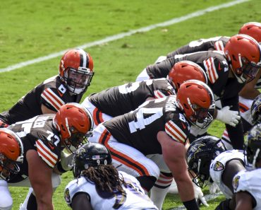 BALTIMORE, MD - SEPTEMBER 13: Cleveland Browns quarterback Baker Mayfield (6) prepares to take the snap from center JC T
